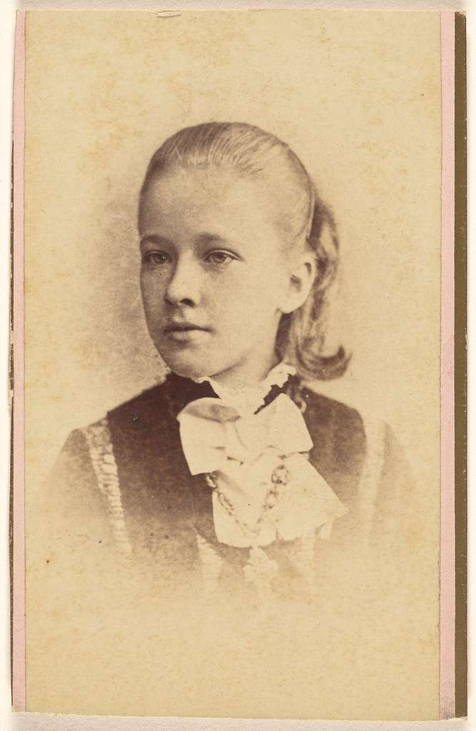 [Unidentified young girl, printed in vignette-style]